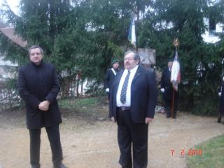Michel Delgaod devant la stèle commémorative