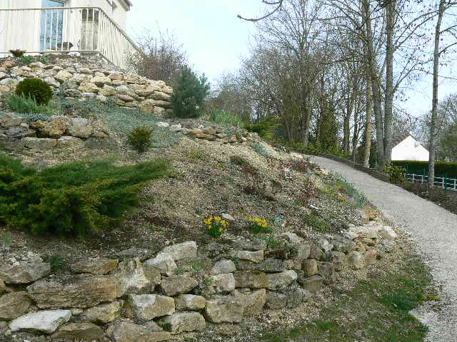Amnagement talus en pente un jardin en pente am nager un for Amenagement jardin en pente